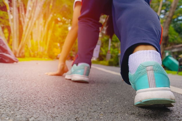 Elle porte des chaussures et s'avance sur la route Photo Premium