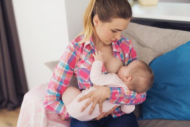 Elle tient le bébé dans ses bras Photo Premium