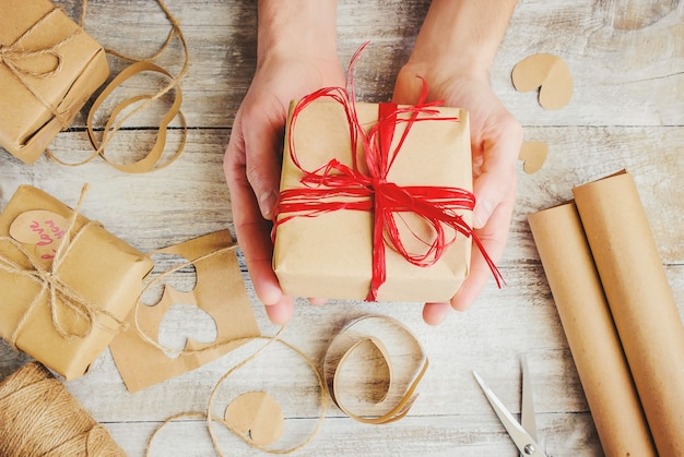 Emballage cadeau pour la bien-aimée. mise au point sélective. Photo Premium