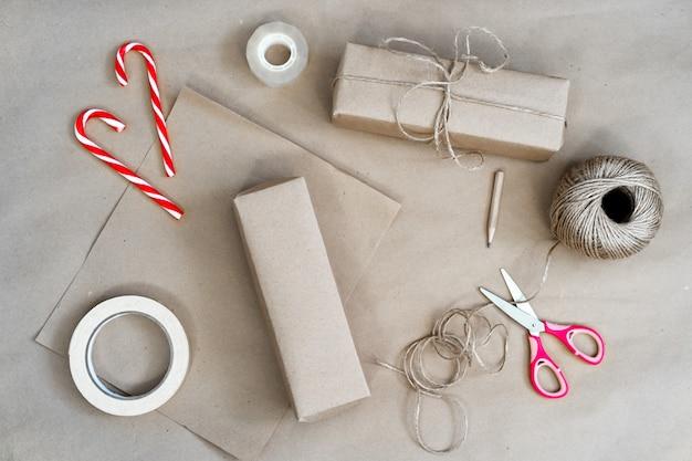 Emballage De Cadeaux De Noël En Papier Kraft, Fait Main Photo Premium
