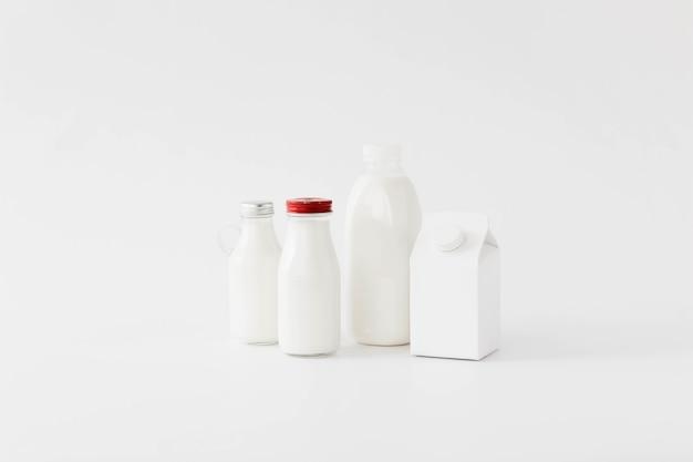 Emballage en carton blanc et bouteilles pour liquide Photo gratuit