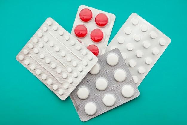 Emballage Des Comprimés Et Des Pilules Sur La Table Photo Premium