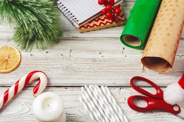 Emballage et décoration de noël sur fond en bois avec espace de copie Photo Premium