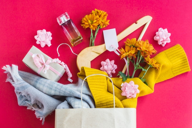 Emballage en papier avec achats pour femmes - vêtements, cadeaux, parfums, fleurs Photo Premium
