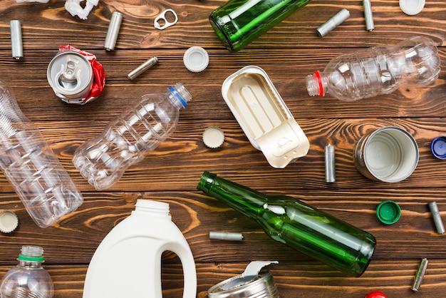 Emballages vides et autres déchets sur les planches Photo gratuit