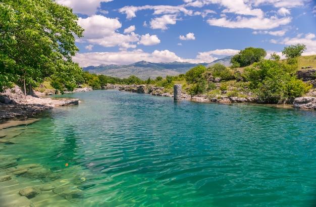 L'embouchure de la rivière pittoresque et rapide tsievna. chutes du niagara. monténégro, podgorica. Photo Premium