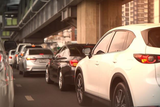 Embouteillage de voitures dans la rue ou sur la route avec survol du flou Photo Premium