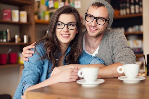 Embrassant Les Dépenses En Couple Ensemble Au Café Photo gratuit