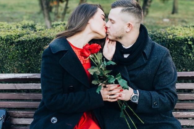 Embrasser Un Couple Doux Ayant Une Date Photo gratuit