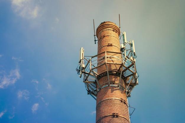 Emetteurs de communications mobiles dans le ciel Photo Premium