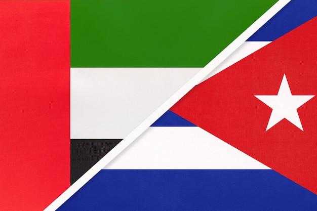 Emirats Arabes Unis Ou Eau Et Cuba, Symbole De Deux Drapeaux Nationaux Du Textile. Photo Premium