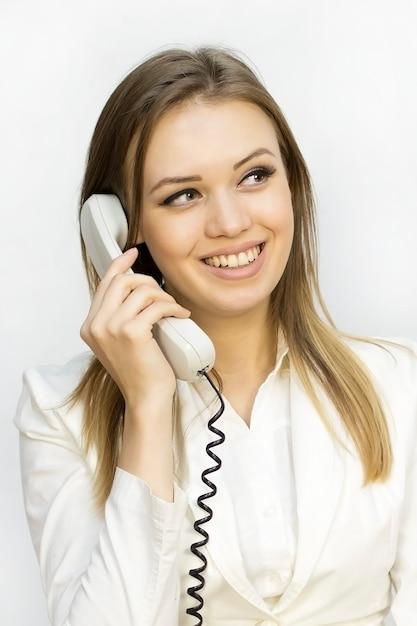 Emotion fille quand on parle au téléphone Photo Premium