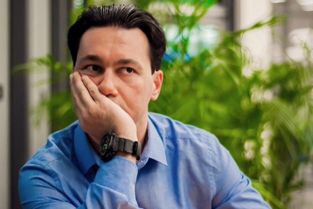 Émotion humaine négative sentiment d'expression du visage. portrait de fermeture, accentué jeune homme d'affaires. homme stressé. portrait d'émotion, homme seul Photo gratuit