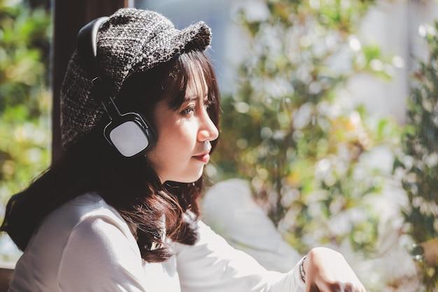 Émotion, sentiment, jeune fille, triste, écouter musique, regarder dehors, fenêtre Photo Premium