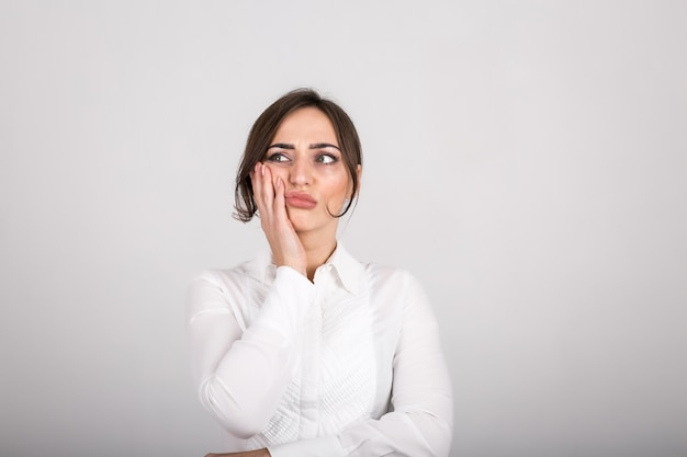 Émotions de la femme en studio Photo gratuit