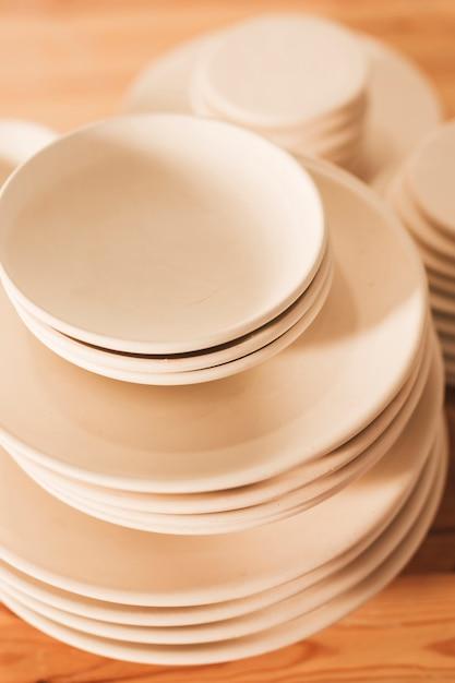 Empilé de plaques en céramique à la main Photo gratuit