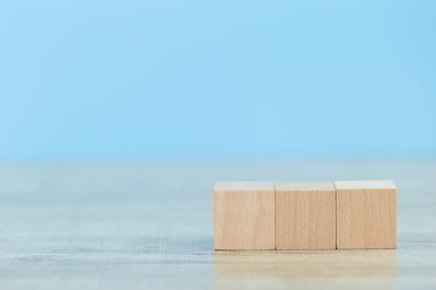 Empiler des blocs de bois en étapes, concept de réussite de la croissance des entreprises Photo Premium
