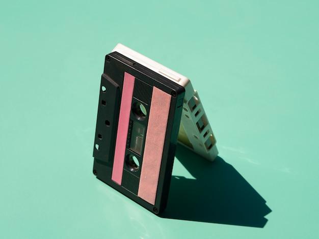 Empiler des cassettes à la lumière avec des ombres Photo gratuit