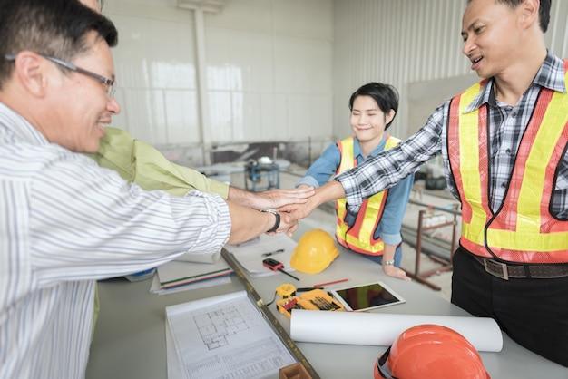 Empiler Les Mains Du Travail D'équipe D'ingénieur D'affaires Se Réunissent Photo Premium