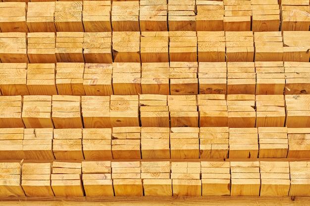 Empiler des planches de bois pour la construction Photo Premium