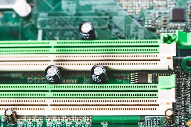 Emplacement de mémoire blanc et vert dans la carte mère de l'ordinateur Photo gratuit