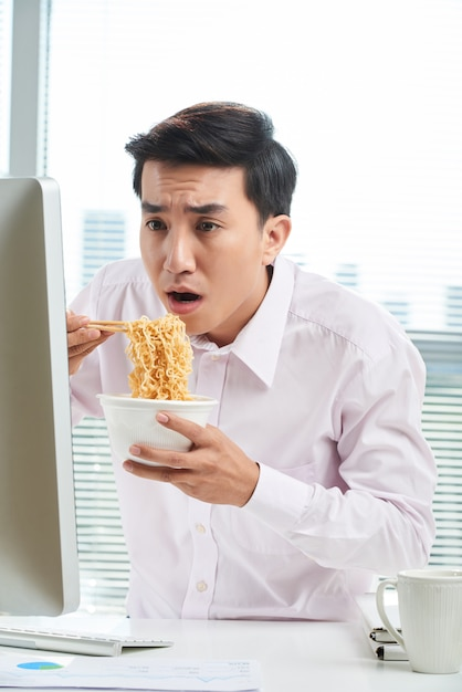 Employé de bureau asiatique à l'heure du déjeuner Photo gratuit