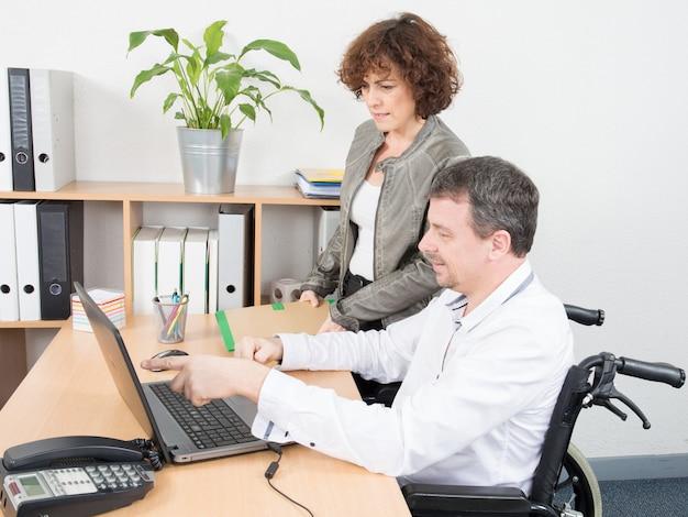 Un Employé De Bureau De L'homme Handicapé Dans Un Fauteuil Roulant Photo Premium