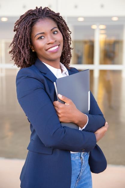 Employé de bureau joyeux posant à l'extérieur Photo gratuit
