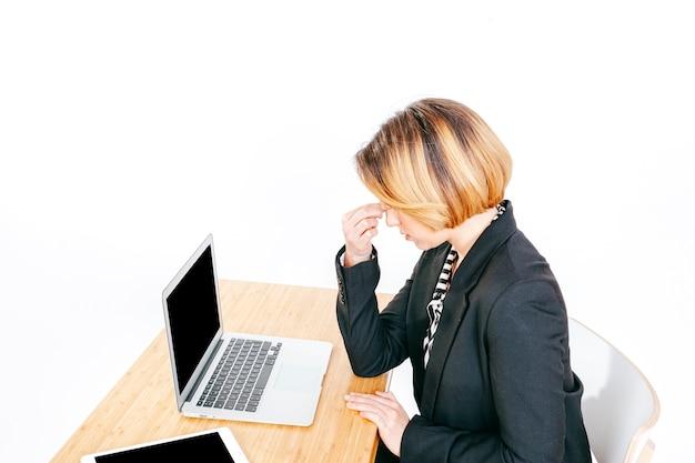 Employé de bureau avec mal de tête Photo gratuit