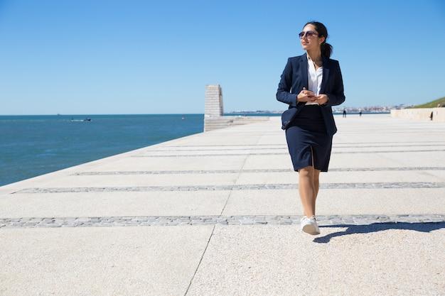 Employé de bureau positif en admirant seascape Photo gratuit