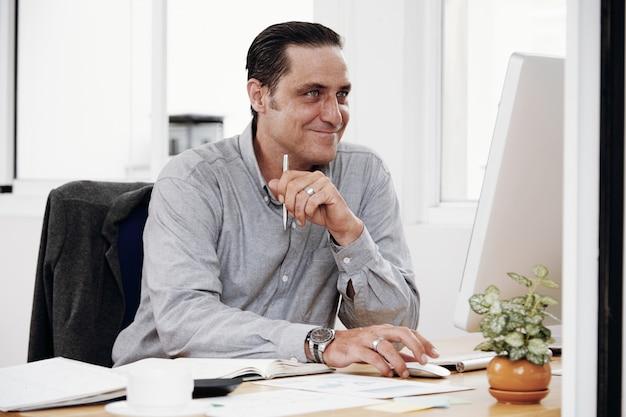 Employé De Bureau Travaillant à L'ordinateur Photo gratuit
