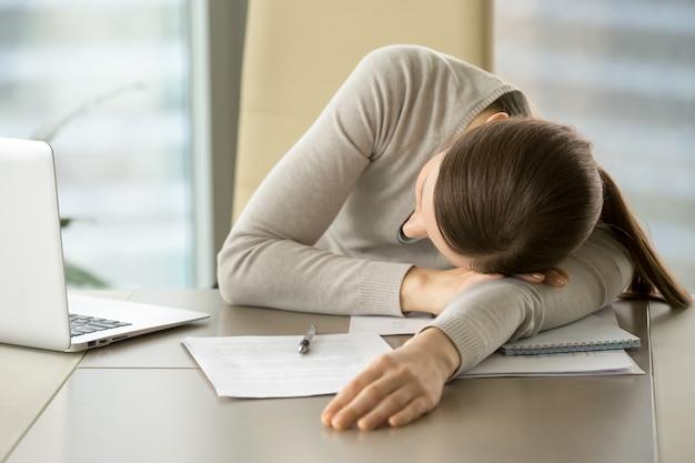 Une employée dort sur son lieu de travail Photo gratuit