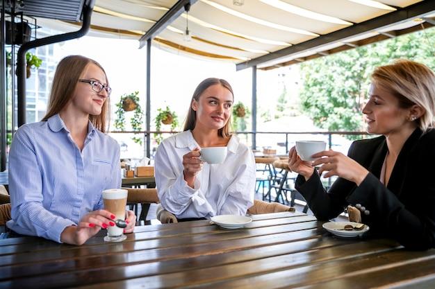 Employées féminines à faible angle à la pause café Photo gratuit