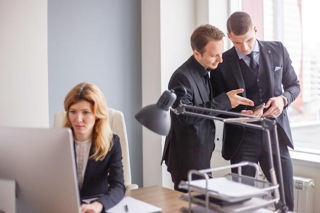 Employés de bureau à l'ordinateur dans le bureau moderne Photo Premium