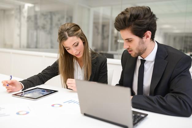 Les Employés Examinent Le Rapport Financier Photo gratuit