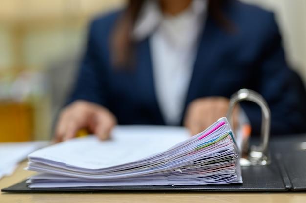 Les employés gèrent les documents au bureau. Photo Premium