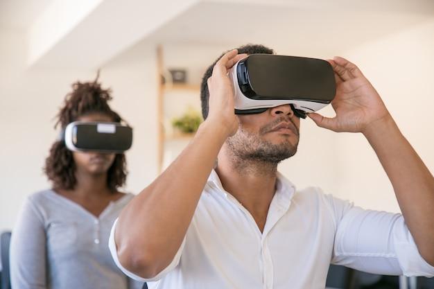 Employés portant des lunettes de réalité virtuelle et visionnant une présentation virtuelle Photo gratuit