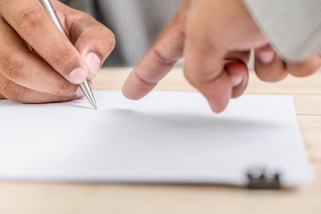 L'employeur montre que l'employé sera écrit et signé. Photo Premium