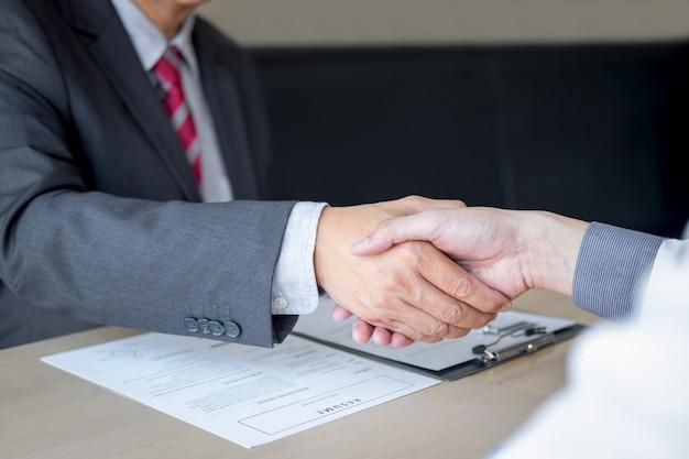 Employeur en procès et nouvel employé serrant la main après négociation et placement en entretien Photo Premium