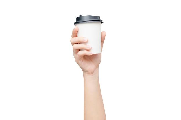 Emporter une tasse de café. femme main tenant un gobelet en papier café isolé sur blanc avec un tracé de détourage. Photo Premium