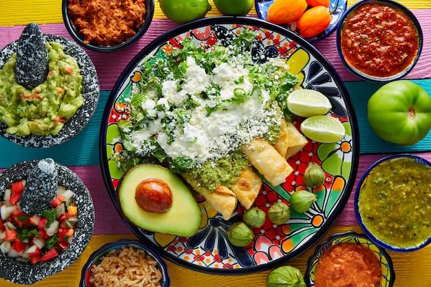 Enchiladas vertes cuisine mexicaine avec guacamole Photo Premium