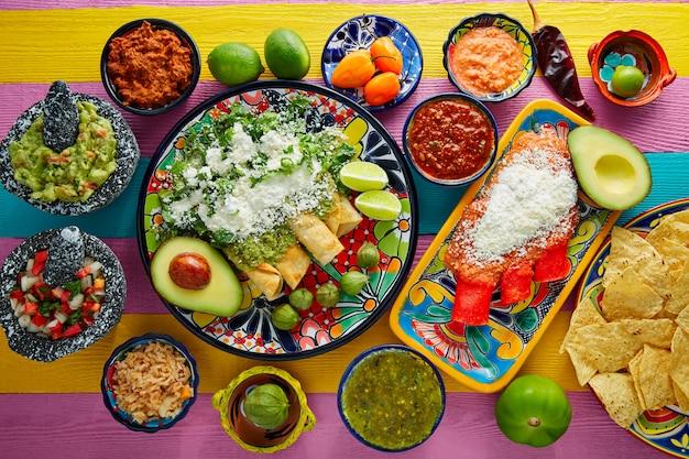Enchiladas vertes et rouges avec des sauces mexicaines Photo Premium