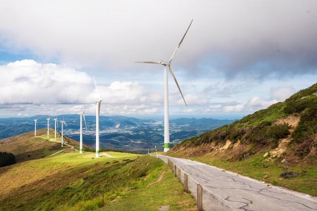 Énergie renouvelable. éoliennes, parc éolien dans un paysage pittoresque du pays basque, en espagne. Photo Premium
