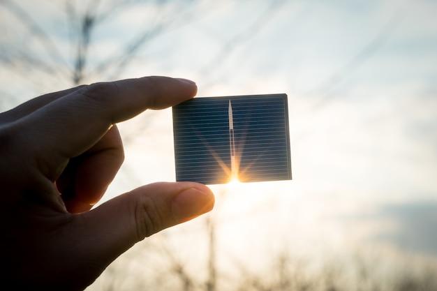 Énergie verte, cellule solaire photovoltaïque à main Photo Premium
