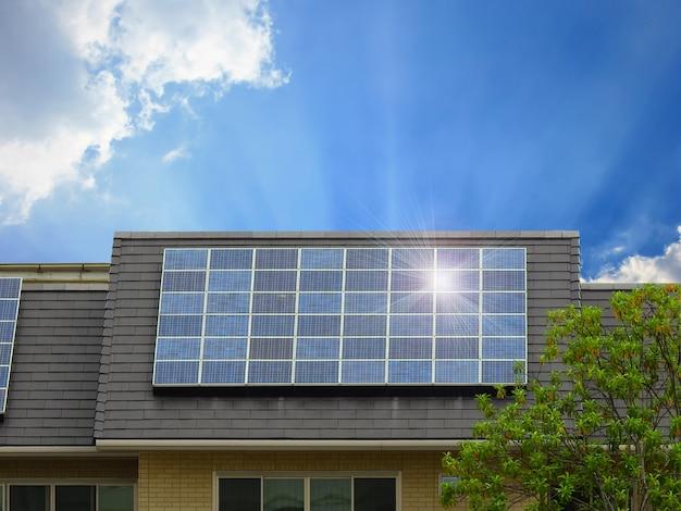 Énergie verte d'un panneau de cellules solaires sur le toit de la maison Photo Premium