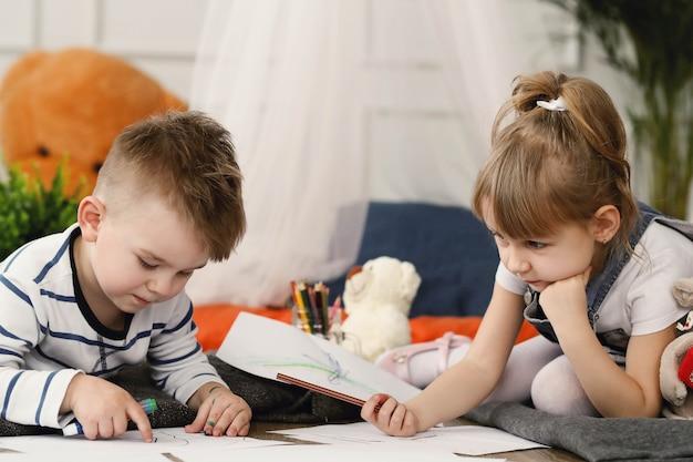 Enfance. Deux Enfants à La Maison Photo gratuit
