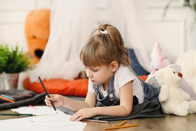 Enfance. Jeune Fille à La Maison Photo gratuit