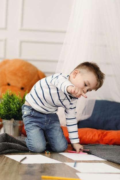 Enfance. Jeune Garçon à La Maison Photo gratuit