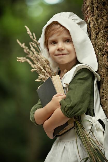 Enfance Magique. Des Miracles Arrivent. Une Petite Fille Féerique Se Promène Dans Une Incroyablement Belle Forêt Verte. Des Histoires Au Coucher. Photo Premium