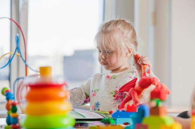 Enfant D'âge Préscolaire Dans La Garderie Photo gratuit